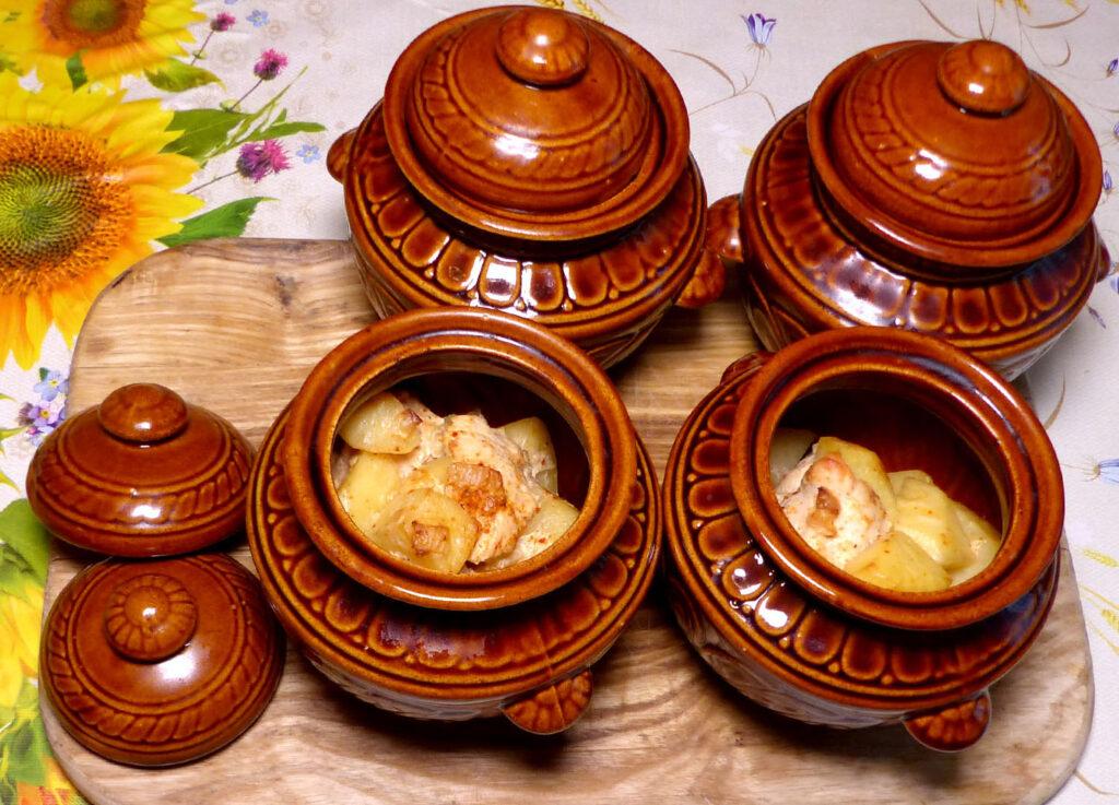 Картошка с курицей в горшочках
